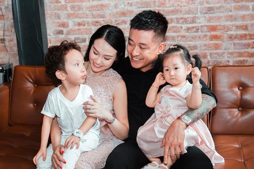 Gia đình hạnh phúc của Tuấn Hưng và Thu Hương.