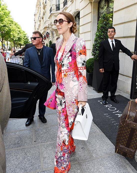Celine Dion chuộng mặc màu sắc ở tuổi 50
