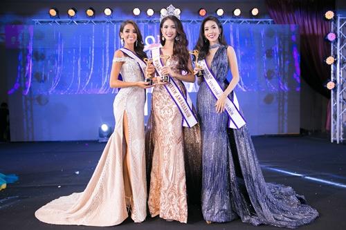 Người đẹp Việt Nam đăng quang bên thí sinh Chile (trái) và Hong Kong.