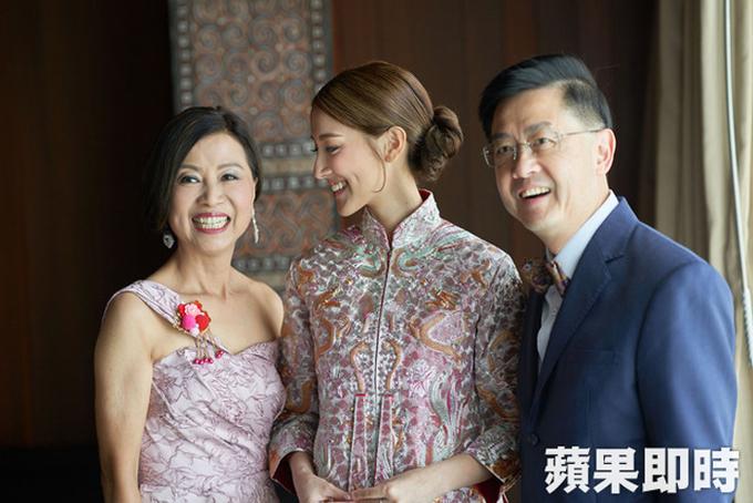 Trinh Gia Dinh khoc trong ngay cuoi Hoa hau Hong Kong
