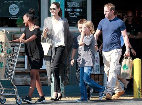 Angelina Jolie dua con ve My cho xu ly hon voi Brad Pitt