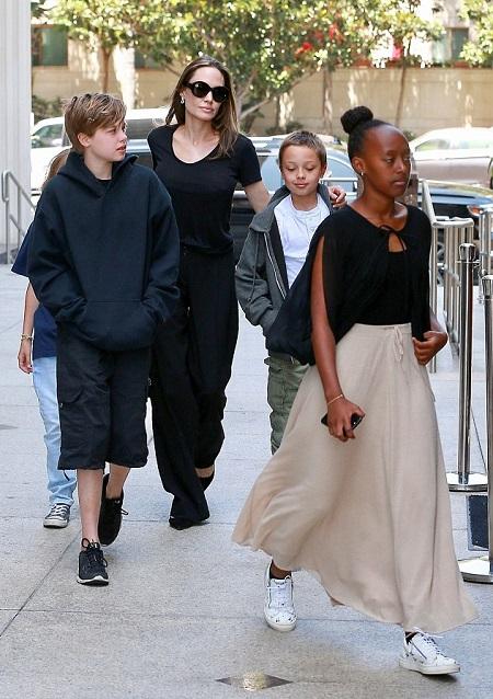 Angelina Jolie dua bon con di xem phim truoc phien xu ly hon