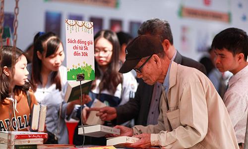 Hội sách thu hút 60 gian hàng với hàng trăm đầu sách mới.