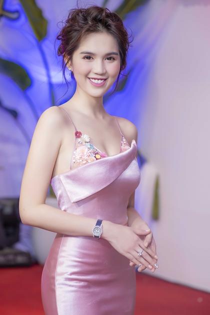 Ngọc Trinh đeo đồng hồ, nhẫn kim cương đi sự kiện tối 20/8 tại Hà Nội.