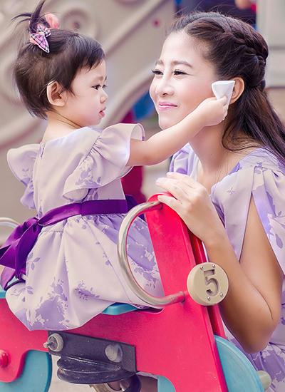 Dong nghiep dua con gai Mai Phuong vao benh vien don sinh nhat ben me