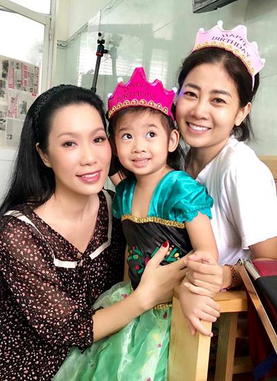 Diễn viên Trịnh Kim Chi (trái) đến mừng sinh nhật của con gái Mai Phương và hỏi thăm sức khỏe đàn em.