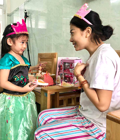 Mai Phương ôm chặt, mừng con gái tròn 5 tuổi ở bệnh viện - 3