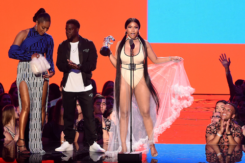 Rapper Mỹ nhắc nhở diễn viên Tiffany Haddish (áo xanh) không động chạm đến đàn em nhưng vẫn thể hiện thái độ hòa nhã sau đó. Ảnh: Billboard