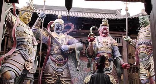 Tư đại thiên vương là bốn vị thần trấn giữ bốn hướng trong Phật giáo.