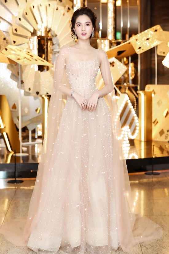 Ngọc Trinh mặc xuyên thấu bên dàn sao Việt ở Hàn Quốc