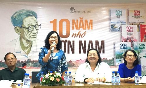 Bà Hằng (thứ hai từ trái qua) - con gái cố nhà văn Sơn Nam - chia sẻ trong buổi giao lưu.
