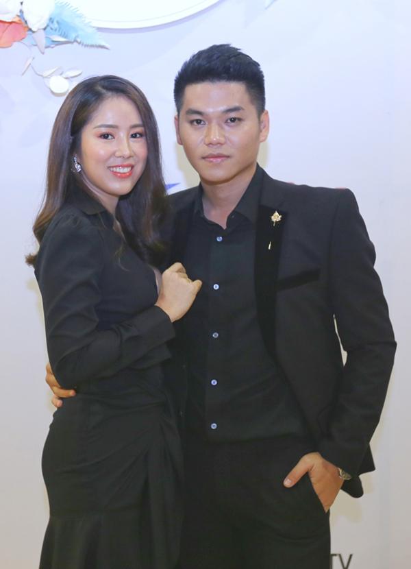 Vo chong Le Phuong Tu Vi mac dong dieu du trien lam cuoi