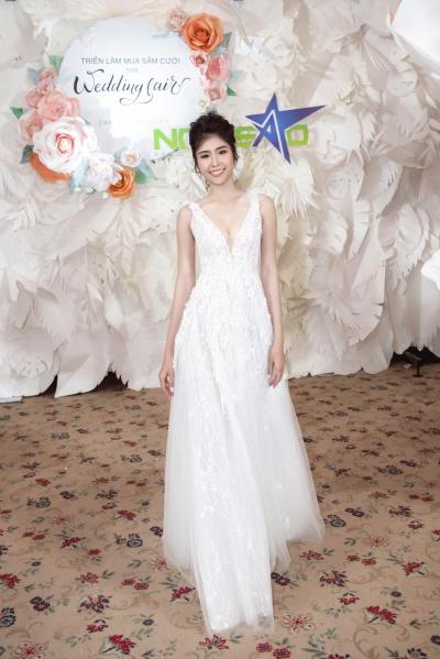 lan khuê diện váy cưới làm vedette - 4