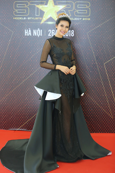 Hoa hau Trai dat 2015 thich pho va nem cuon Viet Nam