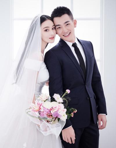 Chồng xỏ giày cho Trương Hinh Dư trong đám cưới