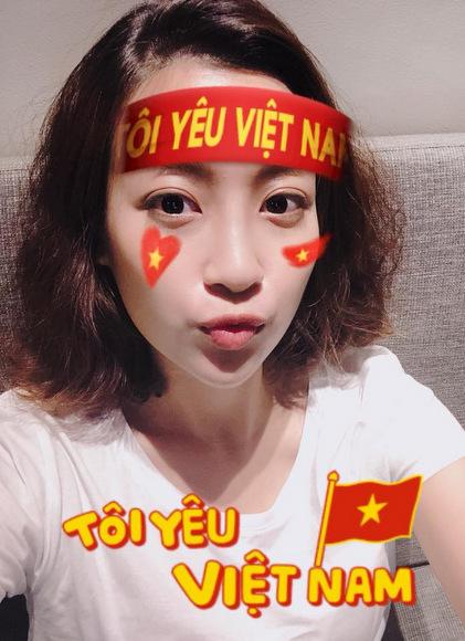 Hoa hậu Mỹ Linh ủng hộ đội nhà từ xa.