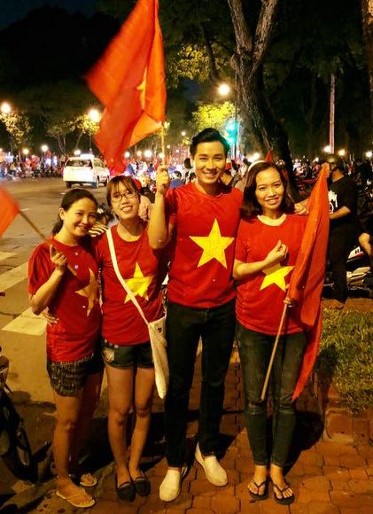 MC Nguyên Khang đi bão cùng các bạn trẻ.