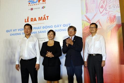 Các sáng lập viên Quỹ Hy vọng. Từ trái qua: ông Trương Gia Bình, bà Trương Thị Thanh Thanh, ông Bùi Quang Ngọc, ông Thang Đức Thắng.