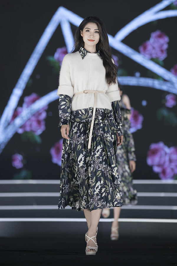 My Linh catwalk cung dan thi sinh Hoa hau Viet Nam 2018