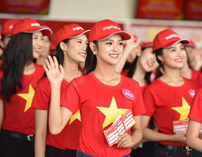 Top 43 Hoa hau Viet Nam dien ao do sao vang tren tau bay Vietjet