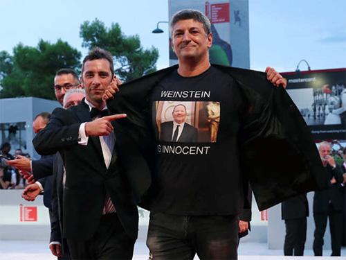 Dạo diẽn Italy mạc áo ủng họ Harvey Weinstein tại LHP Venice