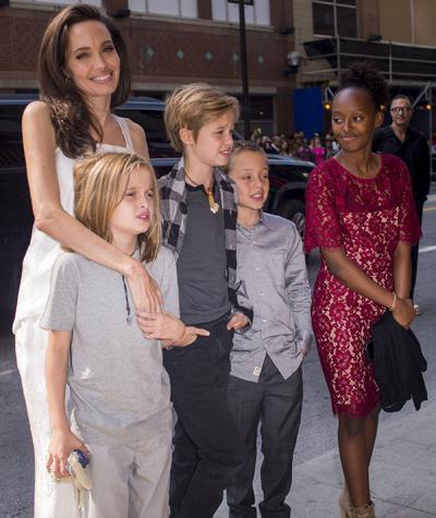 Angelina Jolie dua bon con di leo nui