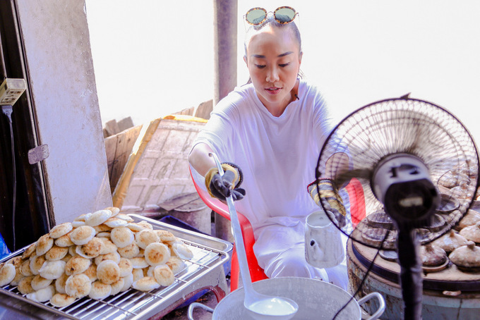 Doan Trang dua chong Tay ve que an banh can hai chom chom