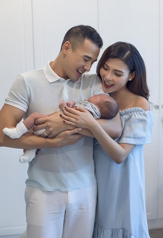 Luong The Thanh om hon vo va con trai dau long