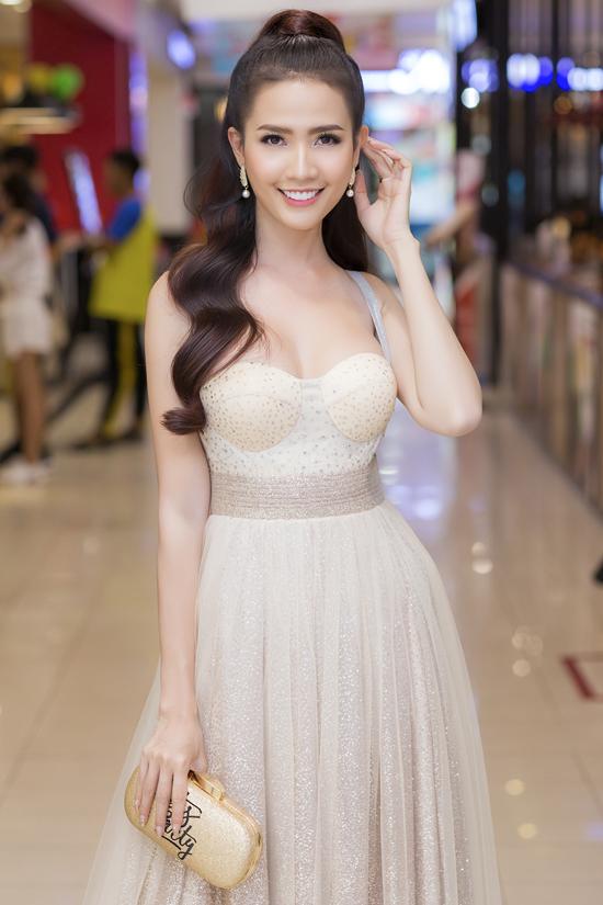 Á hậu Thúy Vân, Phan Thị Mơ mặc hở vai trên thảm đỏ