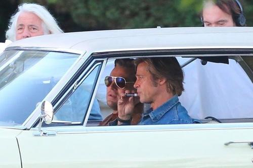 Brad Pitt thoa son moi tren phim truòng