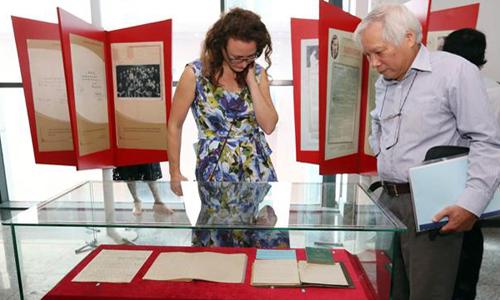 Các học giả tham quan khu trưng bày di vật của nhà nghiên cứu Đỗ Đức Dục.