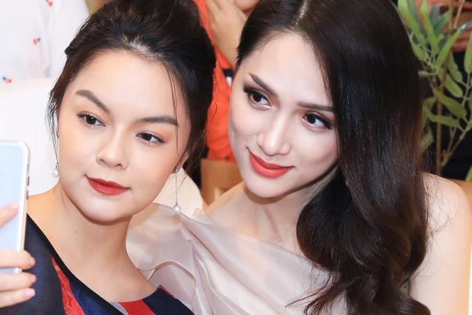 Pham Quynh Anh Hoa hau Huong Giang tay bat mat mung khi hoi ngo