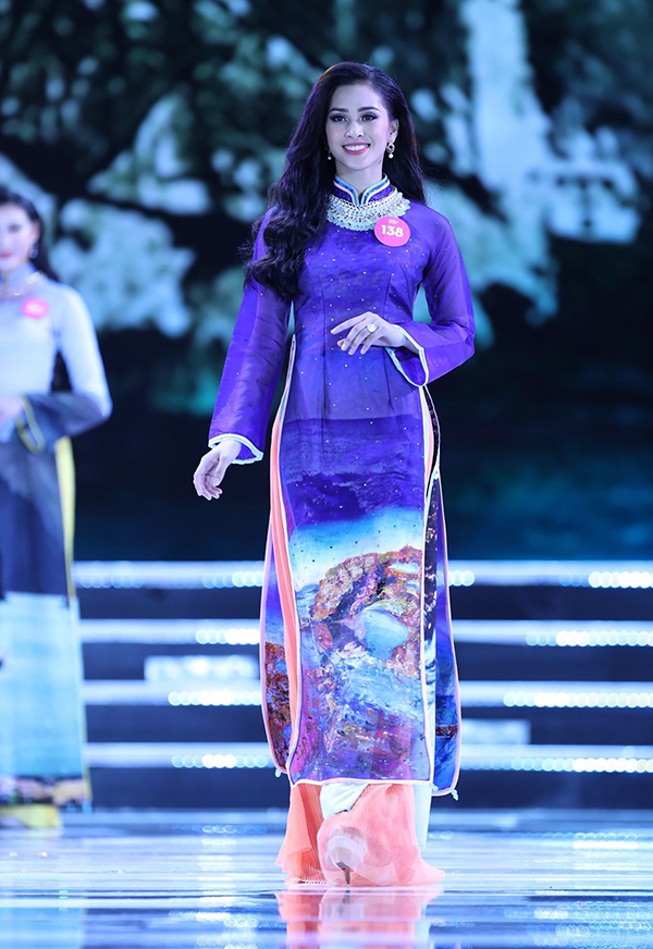 Nhung khoanh khac dep cua hoa hau Tieu Vy tren san khau chung ket