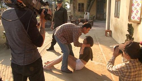 Hậu trường cảnh Doãn Quốc Đam diễn cảnh đánh Thu Quỳnh.