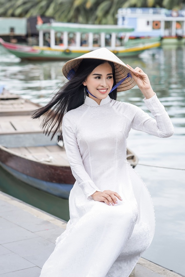 Hoa hậu Trần Tiểu Vy diện áo dài dạo phố cổ Hội An