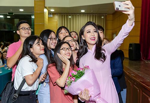 Top 15 Hoa hau Viet Nam Ha My duoc sinh vien chao don