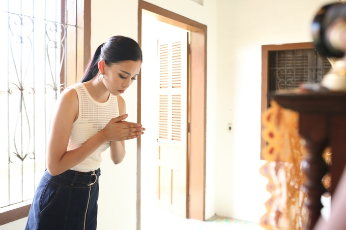 Hoa hau Tieu Vy khoc khi ve Hoi An tham nha