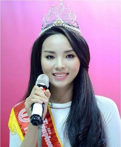 Nguyễn Cao Kỳ Duyên đăng quang Hoa hậu Việt Nam 2014 khi 18 tuổi. Lúc đó, nhiều người nhận xét gương mặt cô tròn, dễ thương, đường nét hài hòa nhưng không nổi trội.