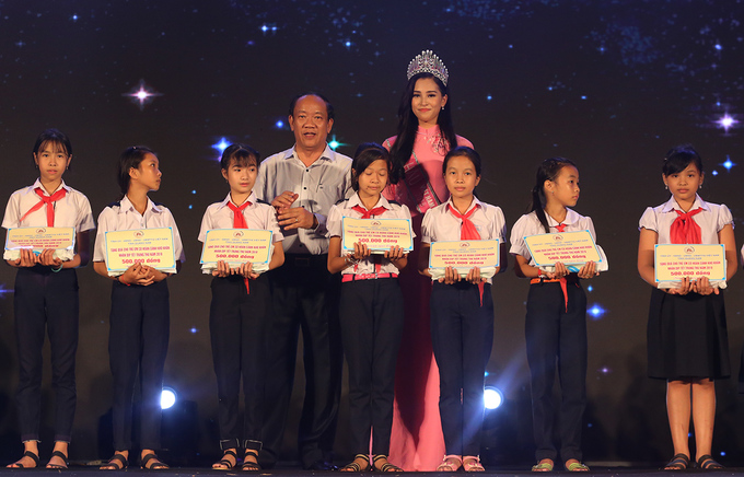 Hoa hau Tieu Vy tang qua Trung thu cho tre em Quang Nam