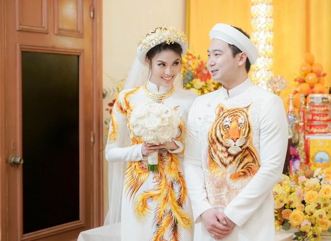 Vo chong Lan Khue dien ao dai theu chi vang trong le an hoi