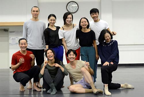 Hàng đứng, biên đạo Kim Sungyong (trái) và Tấn Lộc (phải) cùng các nghệ sĩ múa.