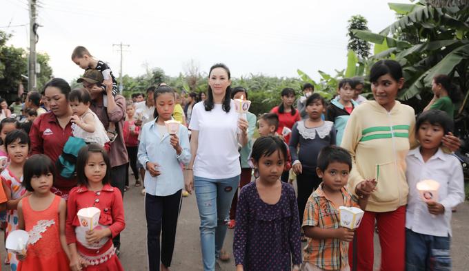 Sao Việt tặng quà cho trẻ em vui Trung thu