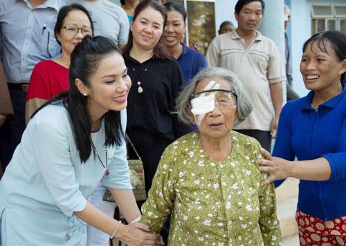 Viet Trinh giup nguoi ngheo Quang Ngai mo mat