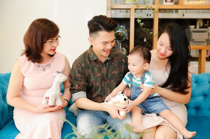 Vo chong Nam Cuong cham chut noi choi dua cho con trai