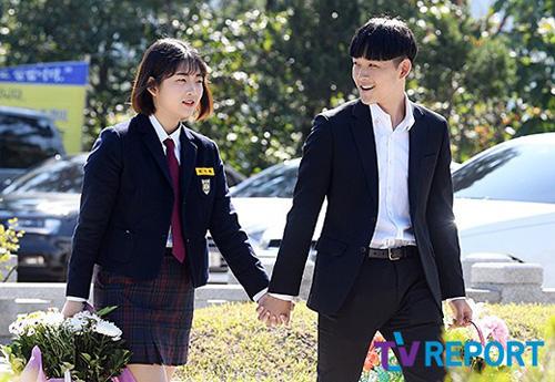Hai con Choi Jin Sil vieng mo me