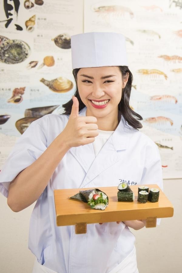 Dong Nhi hoc goi sushi o Tokyo