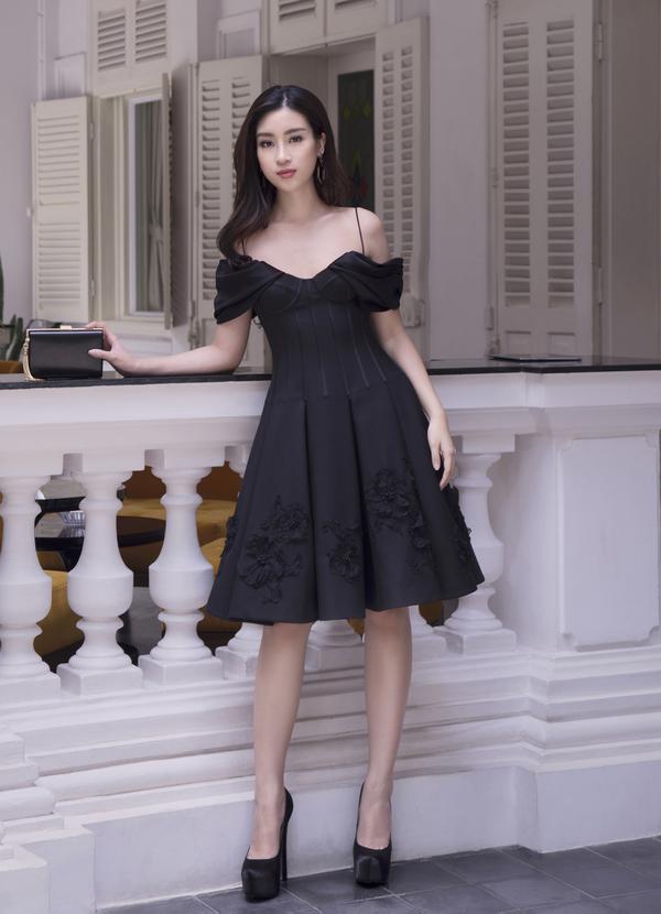 Hoa hậu Mỹ Linh khi hở, khi kín với loạt đầm Công Trí