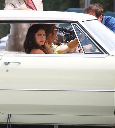 Brad thực hiện cảnh lái xe cùng bạn diễn Margaret Qualley.