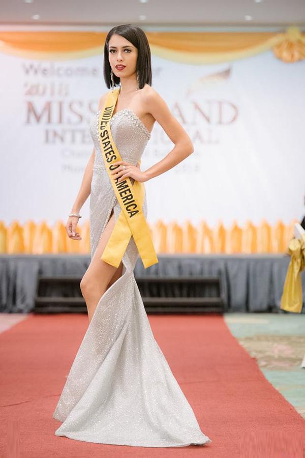 Phương Nga diện váy xẻ đùi ở tiệc chào mừng Miss Grand International