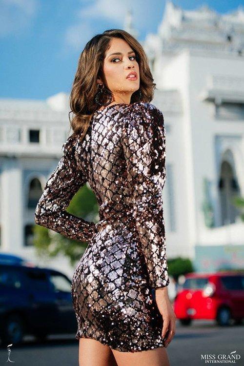 Chan dung Phuong Nga ben cac thi sinh Miss Grand International